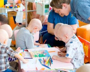 Проект «Читающие дети» привез книги в медицинский центр