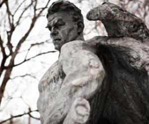 Новая скульптура в парке Музеон