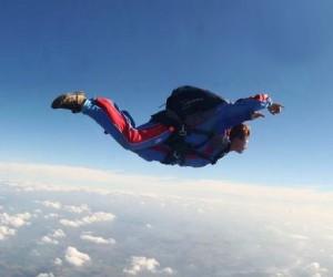 В Подмосковье, при прыжке с высоты 1,5 км разбился парашютист
