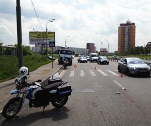 В Москве байкер сбил на переходе женщину с четырёхлетним ребенком