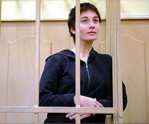 Бросавшей камни в омоновцев девушке грозит до 8 лет тюрьмы
