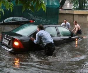 Ливень за несколько минут затопил центральные улицы Москвы