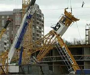 Из-за шторма рухнул башенный кран, имеются пострадавшие