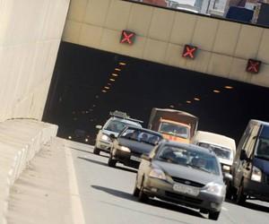 В результате аварии в Лефортовском тоннеле перевернулся легковой автомобиль
