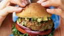 Жительница Москвы чуть не съела червяка в гамбургере из McDonald's
