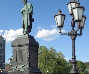 У памятника Пушкину в Москве, женщина пыталась свести счёты с жизнью