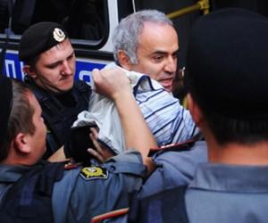Гарри Каспарову, покусавшему полицейского, грозит уголовное преследование