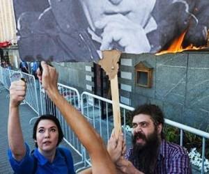 За попытку сожжения портрета Путина в Москве дают 12 суток