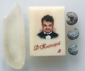 Киркорову подарили портрет размером с зерно мака