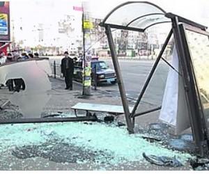 На севере столицы иномарка протаранила остановку и сбила женщину