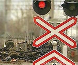 В Подмосковье на грузовик наехала электричка, погиб водитель