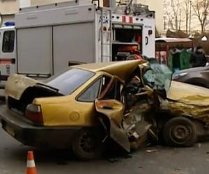 Угонщики автомобилей разбились в центре Москвы на краденной иномарке