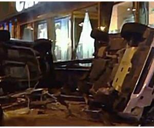 Пьяный водитель на Кадиллаке в центре Москвы снёс остановку общественного транспорта
