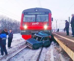 В Подмосковье электричка протаранила «Жигули», два человека погибли