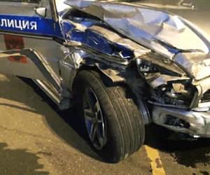 Машина с полицейскими врезалась в автобус на встречной полосе в Подмосковье