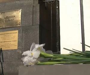 Москвичи несут цветы к американскому посольству