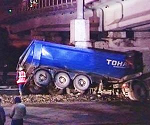 В Москве фура протаранила ж/д мост, повредив пути