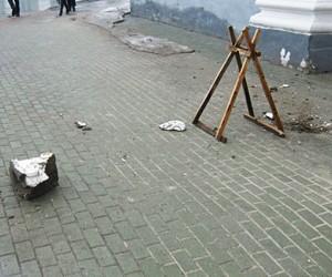 На няню с ребёнком в Москве обрушилась облицовка дома: женщина в коме, малыш не пострадал