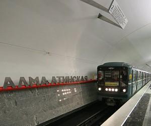 Пьяный пассажир метро выжил при падении на рельсы