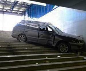 На Ленинском проспекте в подземный переход влетела иномарка. Погиб водитель
