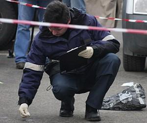 В центре Москвы средь бела дня шестеро в масках обстреляли автомобиль инкассаторов
