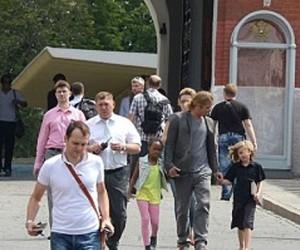 Брэд Питт прогулялся с дочками по территории Кремля