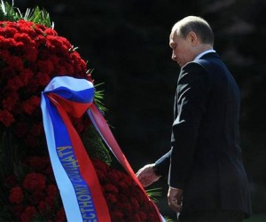 Путин возложил венок к Вечному огню y могилы Неизвестного солдата