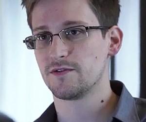 Сноуден, обвиняемый США в шпионаже, прилетел в Москву