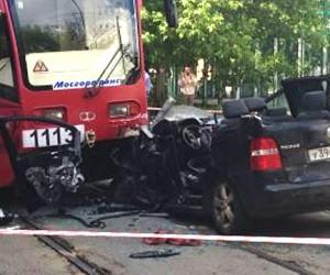 В центре Москвы в трамвай влетела иномарка
