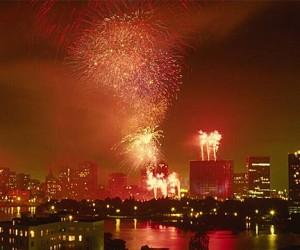 Летом, каждые выходные, ночное небо столицы будут озарять фейерверки