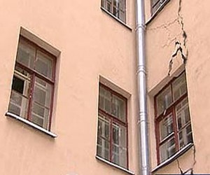 Жильцы дома в центре столицы были эвакуировали ночью из-за появившихся на нем трещин