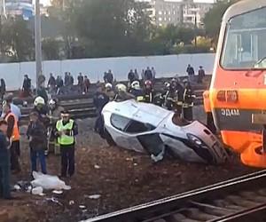 Поезд и легковушка столкнулись на переезде в Подмосковье