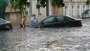 Сегодня автомобили «плавали» по Москве, спасатели эвакуировали людей из офисов
