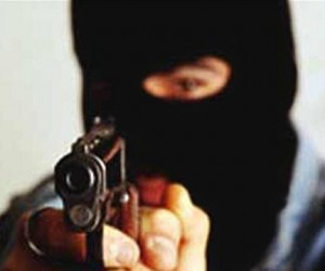 Неизвестные напали с пистолетом на бизнесмена и  отняли 25 млн рублей
