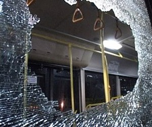Неизвестный обстрелял  рейсовый автобус на востоке столицы