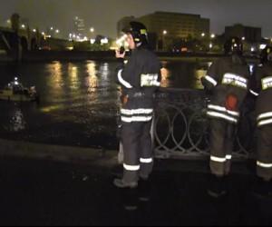 В центре столицы в Москву реку, вылетел автомобиль. Погиб пассажир.
