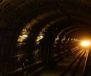 Бегущий по рельсам в тоннеле столичной подземки человек перепугал машиниста и вызвал сбой в движении поездов