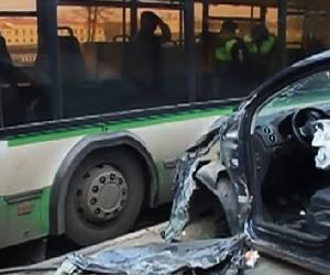 Ha юге столицы иномарка врезалась в автобус