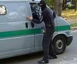 На юге Москвы вооруженные бандиты напали на инкассаторов, один из них тяжело ранен