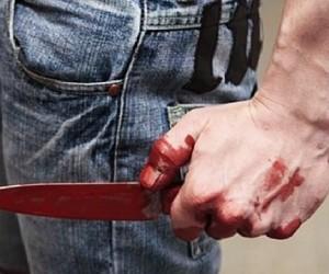 Юноше неизвестный нанес ножевые ранения в область груди и живота на столичной остановке