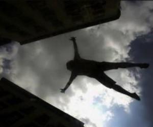 В Москве студент на глазах у матери выбросился с восьмого этажа и выжил