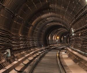 Машинист московского метро выпал из поезда и погиб