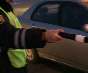 Дагестанец протащил автоинспектора на капоте машины 300 м по подмосковной дороге