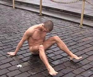 Художник из Петербурга прибил гвоздём свои половые органы на Красной площади