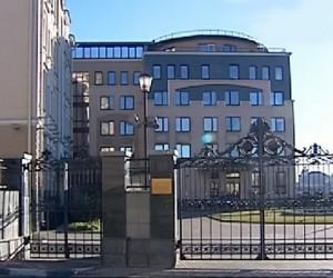 Люди несут цветы к зданию представительства Татарстана в Москве
