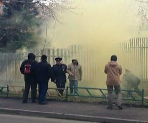 Посольство Польши в Москве хулиганы закидали файерами