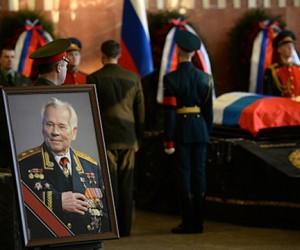Путин и Шойгу проводили в последний путь Михаила Калашникова