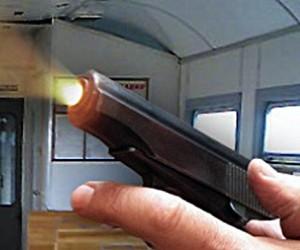 Полицейский  отстреливался от хулиганов в пригородной электричке