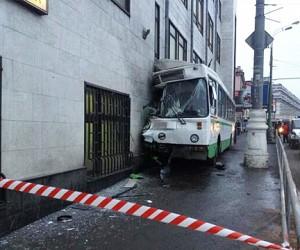 Ha юге Москвы автобус врезался в дом, три человека попали в больницу