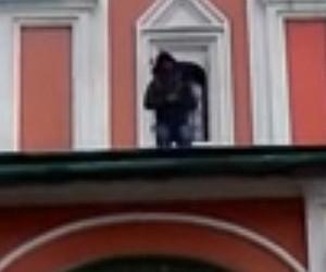 Неизвестный залез перед Рождеством на крышу собора на Красной площади и кричал «Аллах Акбар»